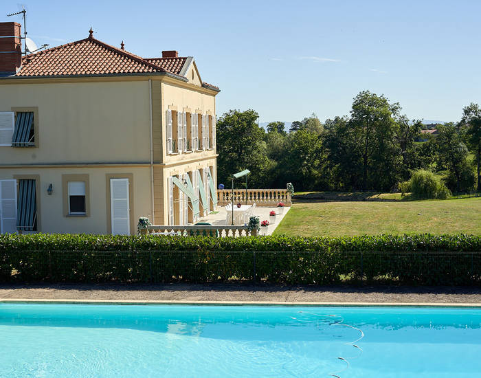 Barnes Lyon, prestigious real estate agency - Garden with swimming pool of a house in Cordelle