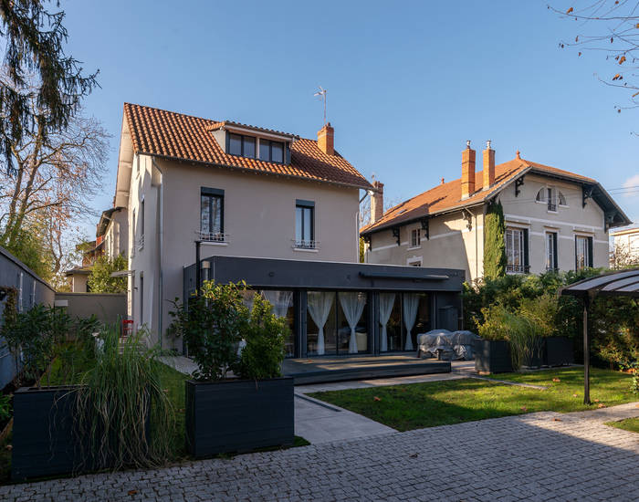 Barnes Lyon, prestigious real estate agency - Entrance to a house in Montchat